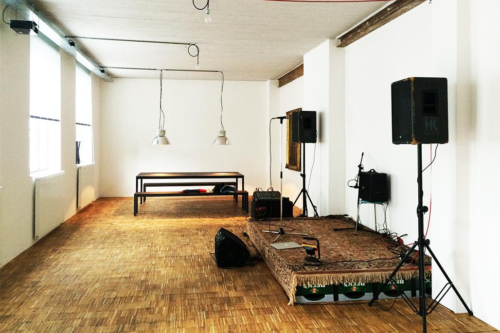 Innenansicht Ausstellungsraum mit Bühne