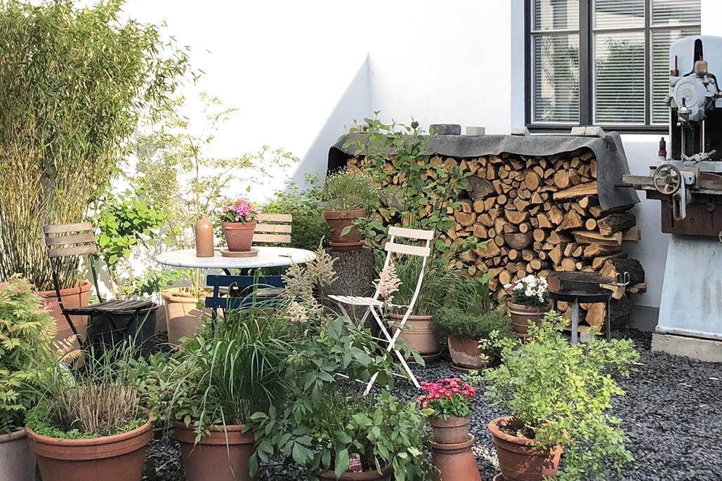 Außenansicht Hof mit Pflanzen