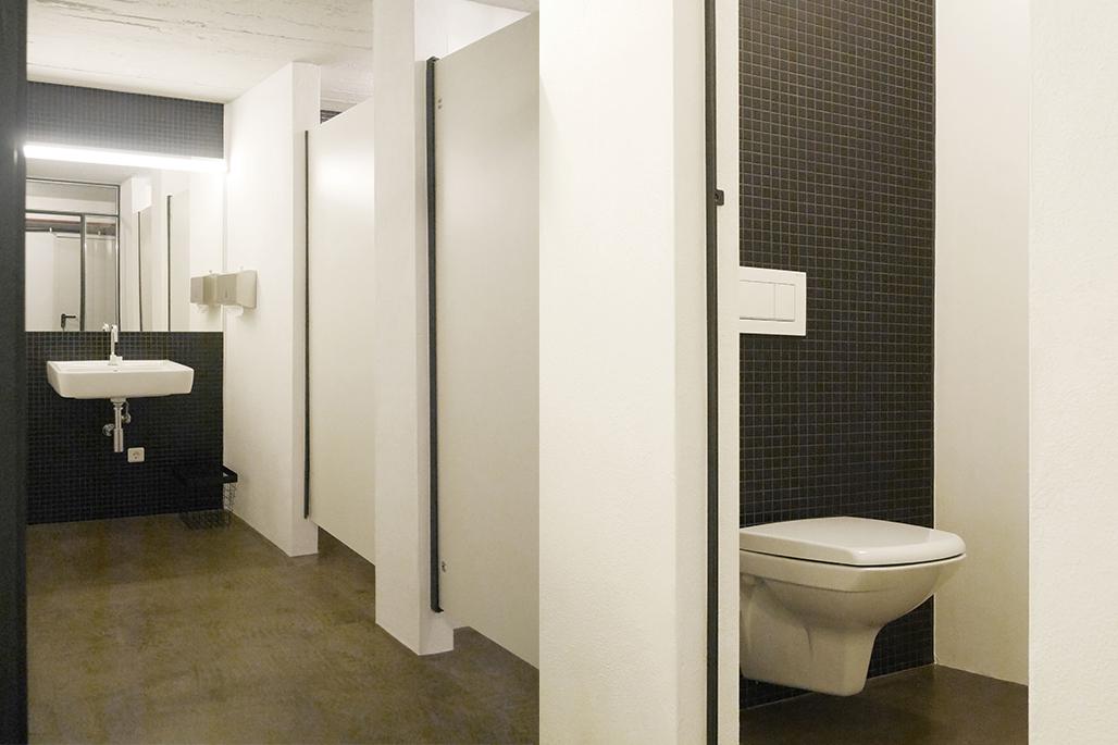 Waschraum mit Toiletten